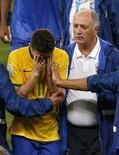 Jogador Oscar (esquerda) é confortado por técnico Luiz Felipe Scolari após derrota do Brasil para Alemanha, no Mineirão, em Belo Horizonte. 8/7/2014 REUTERS/David Gray