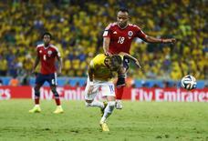 Neymar, do Brasil, sofre trombada de Camilo Zuñiga, da Colômbia, em partida na Arena Castelão, em Fortaleza. 4/7/2014 REUTERS/Marcelo Del Pozo