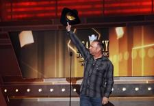 Musician Garth Brooks waves while on stage at the 49th Annual Academy of Country Music Awards in Las Vegas, Nevada April 6, 2014.  REUTERS/Robert Galbraith/Files
