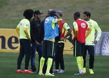 Neymar conversa com jogadores na Granja Comary nesta quinta-feira.   REUTERS/Marcelo Regua