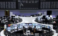 Les principales Bourses européennes étaient orientées à la hausse vendredi vers la mi-séance, jouissant d'une accalmie après la chute provoquée la veille par les inquiétudes entourant la banque portugaise Banco Espirito Santo (BES). Peu après 12h00, le CAC 40 parisien gagnait 0,57%, le FTSE britannique progressait de 0,26% et le Dax allemand avançait de 0,17%. /Photo prise le 11 juillet 2014/REUTERS/Remote