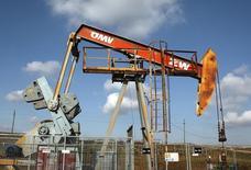 Станок-качалка австрийской OMV в Ауэрстале 20 февраля 2014 года. Рост мирового потребления нефти ускорится в будущем году, но также вырастут поставки из США и Канады, а доля ОПЕК на мировом рынке будет снижаться, прогнозирует Международное энергетическое агентство (IEA). REUTERS/Heinz-Peter Bader