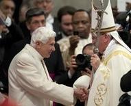 Papa Francisco (D) cumprimenta papa Bento 16 durante cerimônia na Basílica de São Pedro, no Vaticano. 22/2/2014.  REUTERS/Alessia Giuliani