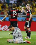 Goleiro brasileiro Júlio Cesar no chão após tomar gol de Andre Schuerrle (direita) em partida Brasil x Alemanha, no Mineirão, em Belo Horizonte. 8/7/2014 REUTERS/Kai Pfaffenbach