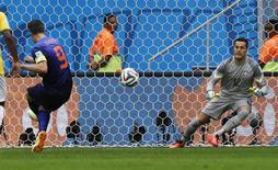 Robin van Persie marca gol de pênalti contra o Brasil. 12/07/2014  REUTERS/Ueslei Marcelino