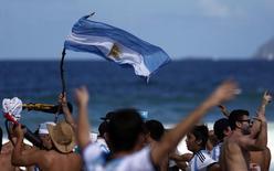 Torcedores da Argentina na praia de Copacabana, antes da partida final da Copa entre Alemanha e Argentina, no Rio de Janeiro. 13/11/2014 REUTERS/Marcos Brindicci