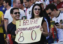 Torcedor seguda cartaz de apoio à Alemanha, dizendo acreditar em goleada de 8 x 0 dos europeus sobre os argentinos, no Estádio do Maracanã, no Rio de Janeiro. 13/7/2014 REUTERS/Kai Pfaffenbach