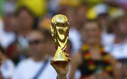 Torcedor segunda imitação de troféu da Copa do Mundo, antes de partida final, no Rio de Janeiro. 13/7/2014 REUTERS/Darren Staples