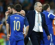 Técnico Sabella consola Lionel Messi após derrota na final da Copa.   REUTERS/Eddie Keogh