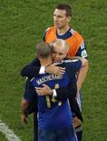 Técnico Sabella abraça Mascherano após derrota da Argentina.  REUTERS/Fabrizio Bensch