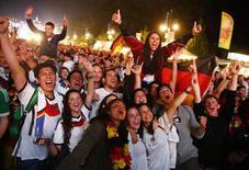 Torcedores alemães comemoram em Berlim vitória sobre a Argentina. 13/7/2014.        REUTERS/Thomas Peter