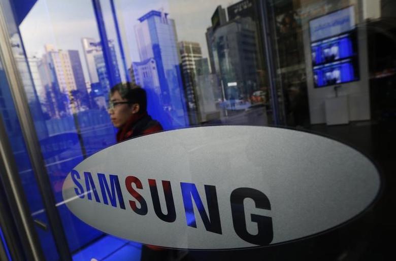 A man walks out of Samsung Electronics' headquarters in Seoul January 6, 2014.   REUTERS/Kim Hong-Ji/Files