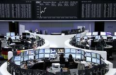 Помещение Франкфуртской фондовой биржи, 14 июля 2014 года. Европейские фондовые рынки растут после сильнейшего за четыре месяца недельного падения за счет слияний и приобретений в фармацевтической отрасли. REUTERS/Remote/Stringer