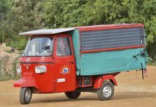 """Un ingénieur indien compte effectuer le voyage entre son pays et Londres à bord d'un petit véhicule fonctionnant uniquement à l'électricité et à l'énergie solaire, afin de promouvoir les modes de transport non polluants. Le """"tuk-tuk"""" partira de Bangalore, passera par l'Iran, traversera la Turquie puis le continent européen jusqu'à Calais, avant d'arriver dans la capitale britannique. /Photo prise le 9 juillet 2014/REUTERS"""