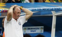 En la imagen, Scolari durante el partido contra Holanda en Brasilia el 12 de julio de 2014.  El técnico Luiz Felipe Scolari no va a permanecer en su puesto después de las dos goleadas consecutivas sufridas por la selección brasileña de fútbol en la semifinal y en el partido por el tercer puesto del Mundial, informó el lunes el canal de televisión local Globo. REUTERS/Ueslei Marcelino/Files