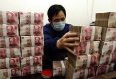 Os gastos fiscais da China saltaram 26,1 por cento em junho ante o ano anterior, para 1,65 trilhão de iuanes (265,84 bilhões de dólares), refletindo os esforços do governo para acelerar os gastos com o objetivo de sustentar a economia. 13/11/2009 REUTERS/Stringer