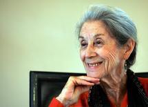 En la imagen, Nadine Gordimer en una foto en Johannesburgo el 8 de febrero de 2005.  La escritora sudafricana Nadine Gordimer, ganadora del premio Nobel y una de las voces literarias más poderosas contra el apartheid, falleció a los 90 años, dijo el lunes su familia. REUTERS