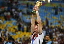 Alemão Andre Schuerrle ergue o troféu da Copa do Mundo no Maracanã. 13/06/2014.  REUTERS/Michael Dalder