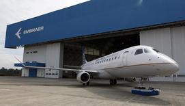 Un avión E-175 de la aerolínea brasileña Embraer, en Sao Jose do Campos, 12 de marzo de 2014. La brasileña Embraer SA, la fabricante de aviones regionales más grande del mundo, entregó 29 aviones comerciales y 29 aeronaves ejecutivas en el segundo trimestre, según un comunicado difundido el lunes. REUTERS/Paulo Whitaker