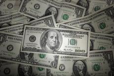 Долларовые банкноты, Варшава, 13 января 2011 года. Курс доллара к иене растет, потому что Банк Японии понизил прогноз экономического роста, но колебания курса незначительны, так как инвесторы ждут выступлений председателя ФРС Джанет Йеллен в Конгрессе. REUTERS/Kacper Pempel