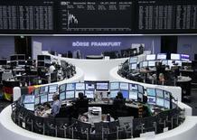 Помещение Франкфуртской фондовой биржи, 15 июля 2014 года. Европейские фондовые рынки снижаются после слабого прогноза производителя программного обеспечения Software AG. REUTERS/Remote/Stringer