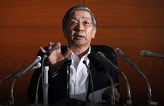 Le gouverneur de la Banque du Japon Haruhiko Kuroda. La BoJ a maintenu mardi sa politique monétaire ultra-accommodante et légèrement réduit sa prévision de croissance pour l'exercice en cours afin de refléter le  ralentissement des exportations et le tassement de la consommation des ménages après la hausse de la TVA en avril. /Photo prise le 15 juillet 2014/REUTERS/Toru Hanai