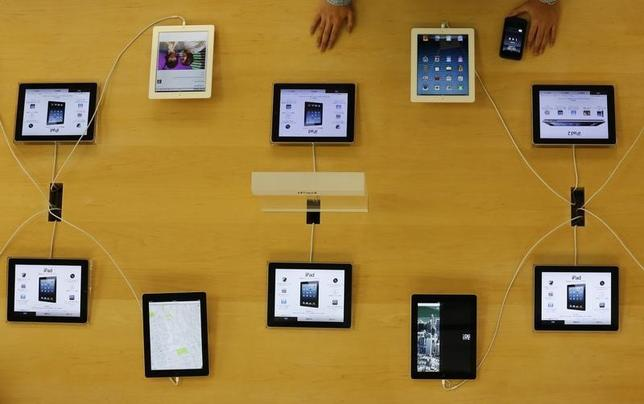 Apple's iPad devices are displayed at its store in Tokyo January 18, 2013. REUTERS/Kim Kyung-Hoon