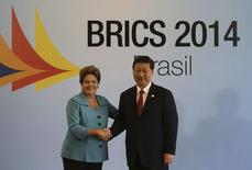 Presidente Dilma Rousseff cumprimenta o presidente chinês Xi Jinping antes de cúpula dos Brics. 15/07/2014 REUTERS/Nacho Doce