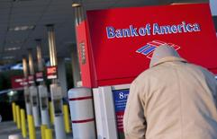 Bank of America, deuxième banque américaine par la taille des actifs, a enregistré un recul de 43% de son bénéfice au deuxième trimestre avec la baisse du revenu de son activité de prêts immobiliers et la hausse de ses frais de litige. /Photo d'archives/REUTERS/Chris Keane