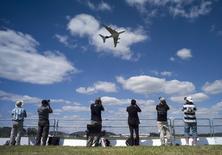 Airbus et Boeing ont franchi le seuil des 100 milliards de dollars de commandes au salon aéronautique de Farnborough mercredi, signe que les deux rivaux ont encore du potentiel pour remplir des carnets de commandes déjà à des niveaux record. /Photo prise le 14 juillet 2014/REUTERS/Kieran Doherty