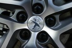 PSA Peugeot Citroën et PAN Nigeria ont annoncé mercredi la signature d'un accord en vue d'assembler et de commercialiser des véhicules Peugeot au Nigeria. /Photo prise le 14 avril 2014/REUTERS/Benoît Tessier