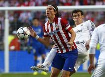 Jogador do Atlético de Madrid Filipe Luís (E) na final da Liga dos Campeões, em Lisboa, disputa bola com Gareth Bale, do Real Madrid. 24/5/2014. REUTERS/Michael Dalder