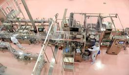 Imagen de archivo de unos trabajadores en la planta de Yakult en Fountain Valley, EEUU, mayo 23 2014. La producción de manufacturas en Estados Unidos subió a su ritmo más rápido en dos años en el segundo trimestre, una nueva señal de que la economía está ganando fuerza suficiente para impulsar el crecimiento en el año.    REUTERS/Lori Shepler