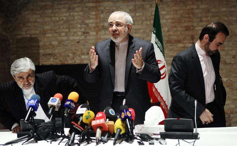 Iranian Foreign Minister Mohammad Javad Zarif (C) and diplomats leave a news conference in Vienna July 15, 2014. REUTERS/Heinz-Peter Bader