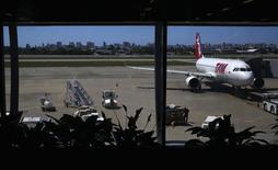 Imagen de archivo de un avión de la aerolínea TAM en el aeropuerto de Fortaleza, jun 18 2014. El tráfico de pasajeros a nivel nacional de la aerolínea brasileña TAM, la más grande del país, cayó menos de lo esperado durante la Copa del Mundo, debido a que los boletos comprados por los hinchas del fútbol compensaron parcialmente el descenso en los viajes de negocios, dijo el jueves la compañía.  REUTERS/Kai Pfaffenbach