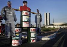 Bonecos de papelão da presidente Dilma Rousseff e de ex-diretores da Petrobras em protesto contra a corrupção, em frente ao Congresso Nacional, em Brasília. 21/05/2014 REUTERS/Ueslei Marcelino