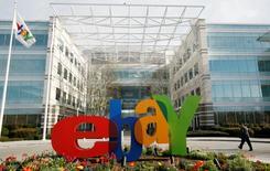 La casa matriz de eBay en San José, feb 25 2010. Ebay Inc reportó el miércoles un crecimiento del 13 por ciento en sus ingresos trimestrales, gracias a que resultados mejores a lo esperado en su división PayPal lo ayudaron a sobrellevar la creciente competencia de su rival Amazon.com Inc y un muy publicitado ciberataque que expuso datos de los clientes.  REUTERS/Robert Galbraith