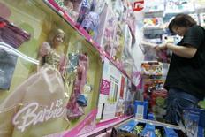 Le titre Mattel figure au rang des valeurs à suivre ce jeudi sur les marchés américains, alors que le numéro un mondial du jouet a vu son chiffre d'affaires trimestriel diminuer pour la troisième fois d'affilée avec l'accélération de la baisse de la demande de poupées Barbie et de jeux Fisher Price pour les petits. /Photo d'archives/REUTERS/Aly Song