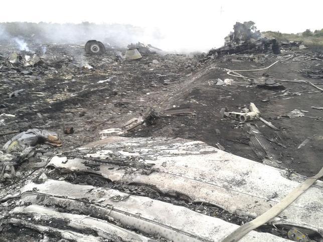 7月17日、マレーシア旅客機が、ウクライナ東部上空で地対空ミサイルによって撃墜された。写真はドネツク地方の墜落現場で17日撮影(2014年 ロイター/Maxim Zmeyev)