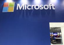 Imagen de archivo de un panel de Microsoft en la feria informática Computex en Taipéi, jun 3 2014. Microsoft anunció el jueves que recortará hasta 18.000 empleos este año, o un 14 por ciento de su fuerza laboral, mientras reestructura el negocio de telefonía adquirido a Nokia y se transforma en una compañía enfocada en software para móviles y computación en nube.  REUTERS/Pichi Chuang