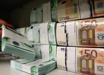 Billetes de 50 y 100 euros almacenados en una bóveda del Banco de Austria en Viena, abr 10 2013. Existen pocas posibilidades de un repunte significativo en la economía de la zona euro en los próximos dos años debido a que el bajo nivel de inflación y un alto desempleo hacen que el bloque monetario siga teniendo un peor desempeño que sus pares, mostró un sondeo de Reuters publicado el jueves. REUTERS/Heinz-Peter Bader