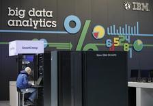 International Business Machines (IBM) a publié jeudi un chiffre d'affaires trimestriel en baisse mais supérieur aux attentes, grâce à son développement dans des activités à plus forte marge comme le big data, l'informatique dématérialisée (cloud) ou les services mobiles ou de sécurité. /Photo d'archives/REUTERS/Fabrizio Bensch