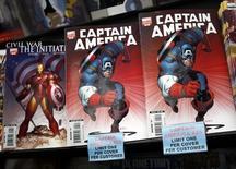 En la imagen de archivo, copias del cómic Capitán América expuestas en una tienda de Nueva York, el 7 de marzo de 2007. Un personaje afroamericano llevará en breve el escudo de estrellas y el uniforme rojo, blanco y azul de Capitán América en las páginas de los cómics de Marvel. REUTERS/Shannon Stapleton