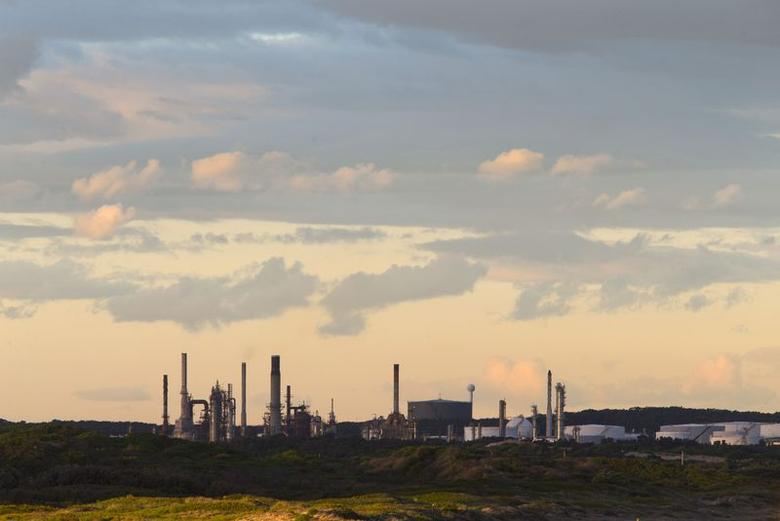 An oil refinery is pictured in the southern Sydney suburb of Kurnell, July 16, 2014.  REUTERS/Jason Reed