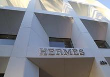 Hermès a réalisé une croissance organique de 9,6% au deuxième trimestre après 14,7% au premier, sous l'effet d'une forte décélération de ses ventes au Japon et aux Etats-Unis. /Photo d'archives/REUTERS/Fred Prouser