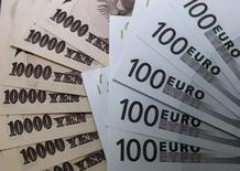Купюры валют евро и иена в пункте обмена валют в Токио 9 сентября 2010 года.  Курс иены к евро поднялся до пятимесячного максимума, так как инвесторы начали покупать считающуюся низкорискованной валюту после авиакатастрофы на Украине и начала военной операции Израиля в секторе Газа. REUTERS/Yuriko Nakao
