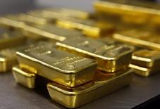 Слитки золота в хранилище Pro Aurum в Мюнхене 3 марта 2014 года. Цены на золото снижаются из-за решения инвесторов зафиксировать прибыль после 1,5-процентного роста накануне, но нежелание вкладываться в рисковые активы после авиакатастрофы на Украине поддерживает рынок. REUTERS/Michael Dalder