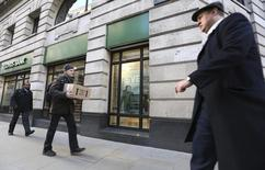 Pedestrians walk past a branch of Lloyds bank in central London February 13, 2014.  REUTERS/Paul Hackett