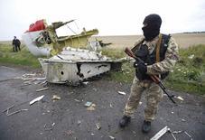 Separatista pró-Rússia no local da queda do avião da Malaysia Airlines no leste da Ucrânia. 18/07/2014 REUTERS/Maxim Zmeyev