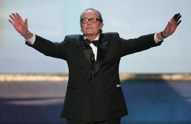 James Garner holds out his arms at the 11th annual Screen Actors Guild awards at the Shrine Auditorium in Los Angeles, February 5, 2005. REUTERS/Lucy Nicholson